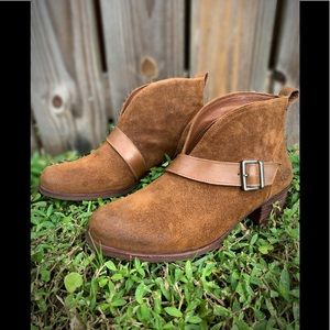UGG BROWN WRIGHT BELTED ANKLE BOOTS WOMENS 9 NWOT